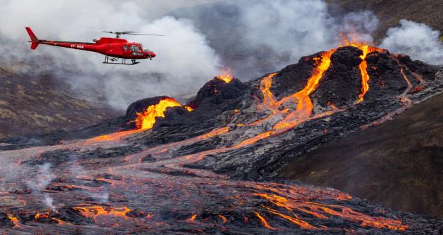 İzlanda'da Bulununan ve uzun zamandır uyuyan Reykjanes yanardağı yeniden faaliyete geçti