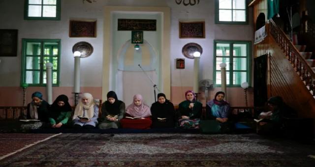Bosna Hersek'li kadınlar halka açık Kuran okuma geleneğini canlandırıyor