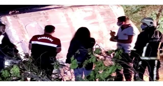 Van'da kaçak göçmenleri taşıyan araç, hendeğe düşerek alev aldı.