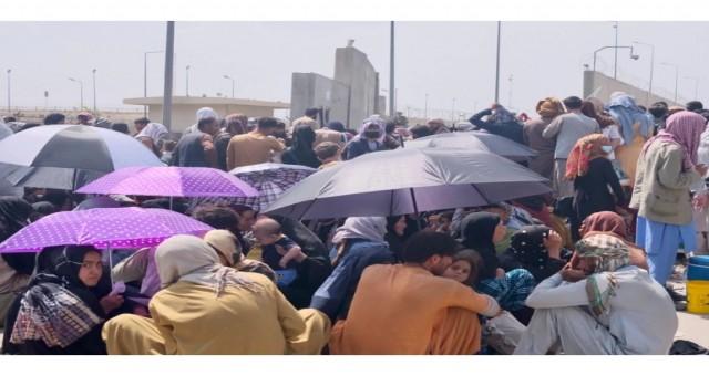 Kabil havaalanının dışında kalabalıklar artmaya devam ederken kaos ve şiddet